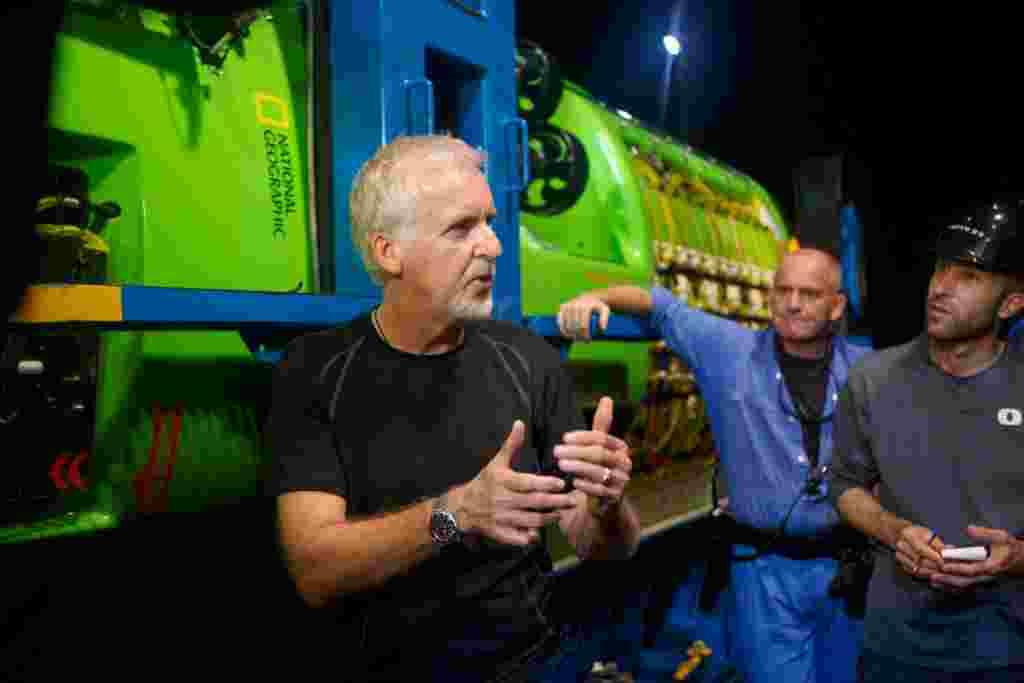 James Cameron hablando con su equipo frente al submarino Deepsea Challenger, tras las primeras pruebas en Jervis Bay, al sur de Sydney, Australia.