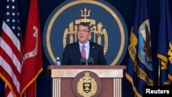 지난 27일 미 해군사관학교 졸업식에서 애슈턴 카터 미 국방장관이 연설하고 있다.