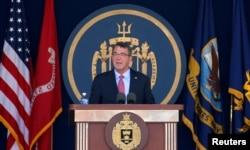 美国国防部长卡特在安纳波里斯的美国海军官校毕业典礼上致词。 (2016年5月27日)
