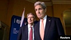 克里(右)在伦敦会晤了英国外交大臣哈蒙德(左)