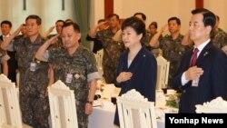박근혜 한국 대통령이 23일 청와대에서 열린 전군 주요지휘관 격려 오찬에서 한민구 국방부 장관 등 주요지휘관과 함께 국기에 대한 경례를 하고 있다.