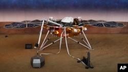 Un modelo de tamaño real de la nave espacial Insight, la primera sonda robótica de la NASA dedicada al estudio del interior de Marte, en el laboratorio de propulsión jet en Pasadena, California, el 26 de noviembre del 2018
