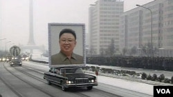 Los dolientes hicieron fila en las calles de la capital norcoreana, para ver la procesión del funeral.