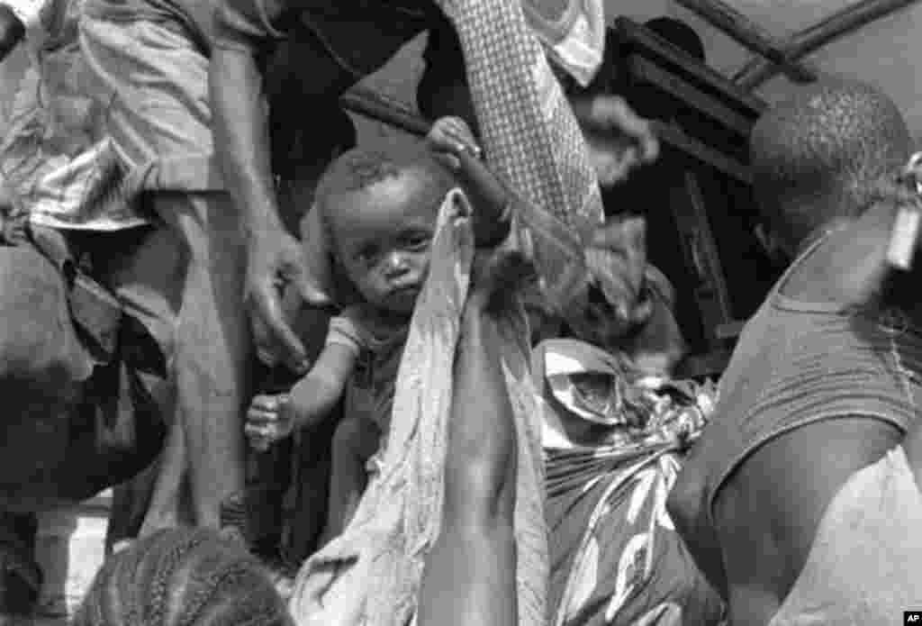 Refugees from Sierra Leone at the Guinean border, May, 2000. (N. Barge/VOA)