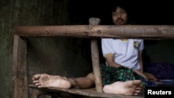 បុរសម្នាក់ដែលមានជំងឺផ្លូវចិត្តអង្គុយនៅលើគ្រែ ដោយត្រូវបានគេដាក់ច្រវ៉ាក់នៅក្នុងបន្ទប់របស់គាត់នៅក្នុងផ្ទះគ្រួសាររបស់គាត់ នៅក្នុងភូមិ Curug Sulanjana នៅក្នុងក្រុង Serang ខេត្ត Banten ប្រទេសឥណ្ឌូនេស៊ី កាលពីថ្ងៃទី២៣ ខែមីនា ឆ្នាំ២០១៦។