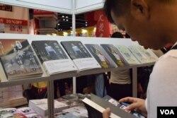 有出版社推出多位親建制派學者及傳媒人合著的雨傘運動書籍《香港傘裡傘外博弈》,並在書展期間舉辦講座。(美國之音湯惠芸)