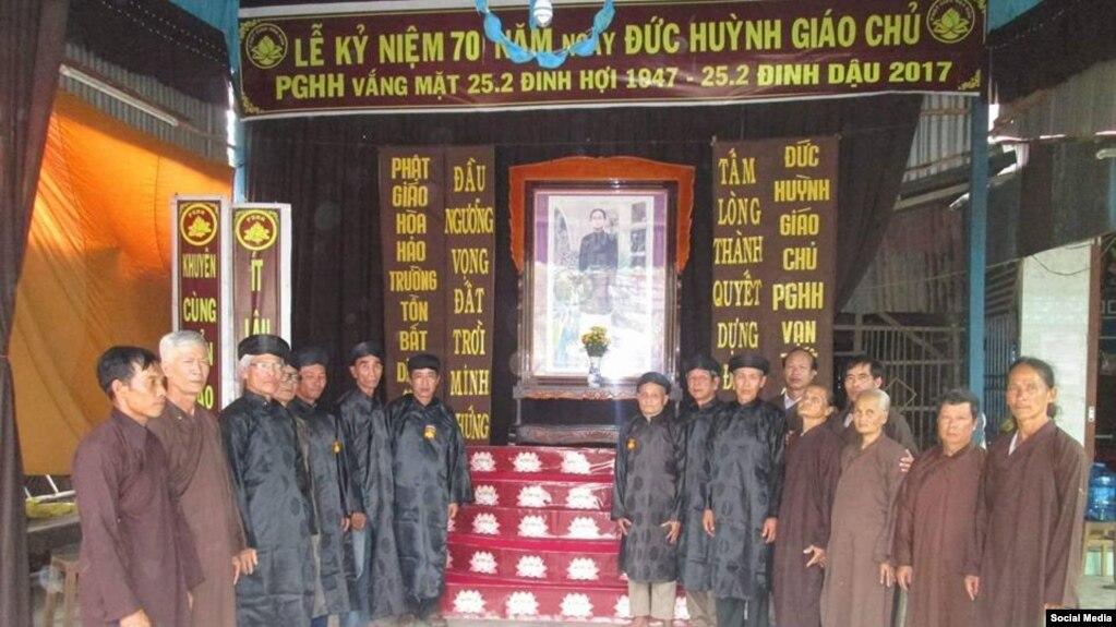 Các chức sắc Giáo hội Phật giáo Hòa Hảo Thuần túy tại An Giang ngày 12/3 rước chân dung Đức Huỳnh Giáo chủ để chuẩn bị cho ngày lễ 25/2 âm lịch. (Ảnh: Facebook Giáo hội Phật giáo Hòa Hảo Thuần túy)