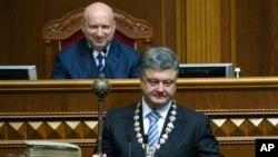ယူကရိန္းသမၼတသစ္ Petro Poroshenko သမၼတက်မ္းသစၥာက်ိန္ဆိုစဥ္။ (ဂၽြန္ ၇၊ ၂၀၁၄)