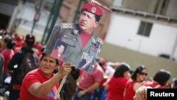 Những người ủng hộ Tổng thống Chavez tụ tập bên ngoài dinh tổng thống trong thủ đô Caracas của Venezuela, 10/1/13