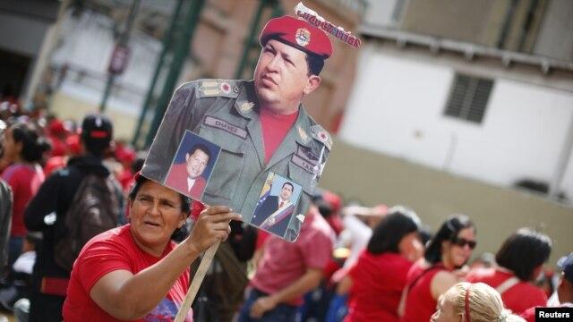 10일 베네수엘라 카라카스의 대통령궁 주변에서 축하 행사를 벌인 우고 차베스 대통령의 지지자들.