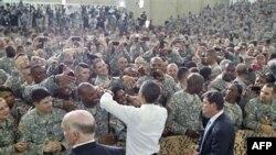 Tổng thống Obama chào đón các quân nhân trong chuyến viếng thăm Fort Campbell ở bang Kentucky, 6/5/2011