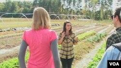 Emily Sloss, pengelola ladang di kampus Universitas Duke, mengajak pengunjung mengelilingi kebun sayuran organik.