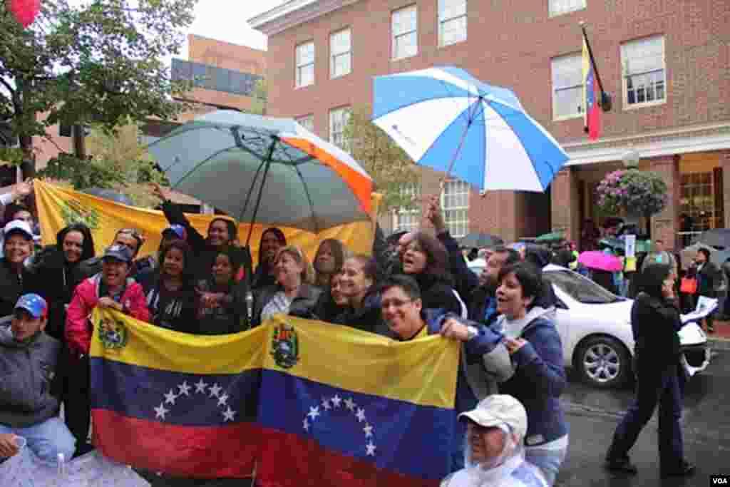 Las malas condiciones del clima no obstaculizaron el desarrollo del proceso electoral en Washington DC. Un grupo de venezolanos esperan su turno para votar. [Foto: Flavio Villacorta, VOA]
