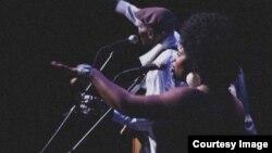 Muimbi Mary Bell aina Oliver Tuku Mtukudzi pane rimwe remapira avakaita vachiri kuimba pamwechete. Bell anoti ari kutadza kutambira kuti Mtukudzi akashaya.