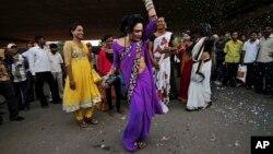 Evnuh u Indiji slavi sudsku odluku da treći pol bude legalizovan, Bubanešvar, Indija 15. april 2014.