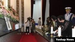 4일 국립대전현충원에서 열린 국군포로 손동식 이등중사 안장식에서 딸 손명화(왼쪽) 씨를 비롯한 유족이 헌화하고 있다.