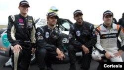 Paul Walker junto a Roger Rodas (al centro) y el resto del equipo Always Evolving Racing, los pilotos Jeff Westphal y Carl Rydquist (en los extremos). Foto: Facebook-Always Evolving Team.