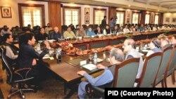 پاکستان کے وزیر اعظم عمران خان لاہور کے دورے کے دوران پنجاب کابینہ کے اجلاس کی صدارت کر رہے ہیں