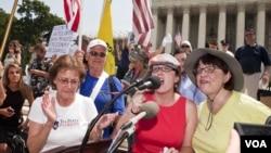 反对奥巴马医保法的茶党人士听到最高法院裁决后誓言要继续努力推翻医保法 (美国之音常晓拍摄)