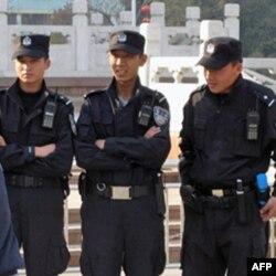 乌鲁木齐人民广场上的特警