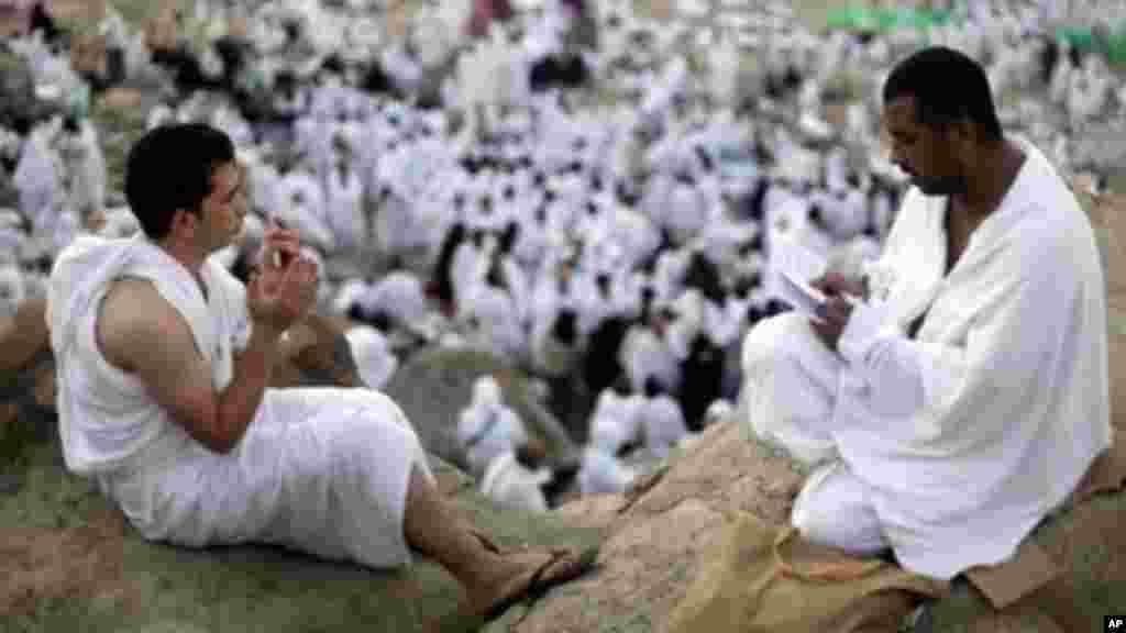 Alhazai sun taru kusa da birnin Makka mai tsari a Saudiya ranar Litinin 15 ga watan Oktoba shekarar 2013.