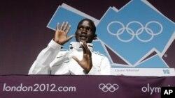 Guor Marial, pelari marathon 'tanpa negara' di Olimpiade Musim Panas, London 2012 dalam sebuah konferensi pers (10/8). Marial yang berasal dari Sudan Selatan, akan bertanding sebagai atlet independen dengan bendera Olimpiade (AP Photo/Darron Cummings).