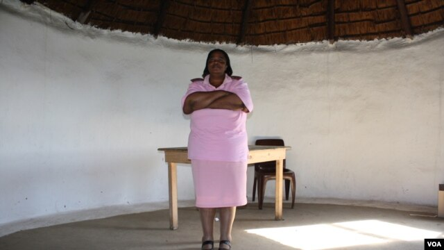 Nurse Esther Zonke inside the empty hut that's used as a rudimentary clinic (D Tayor./VOA)