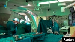 Archivo - En esta gráfica sin fecha cirujanos implantan un marcapasos en el Departmento de Enfermedades Cardiacas Congénitas y Cardiología Pediátrica del German Heart Institute Berlin (DHZB). Berlín, Alemania.