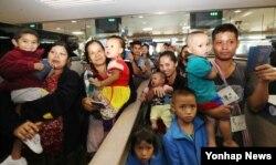 '재정착 난민제도'에 따라 한국에 도착한 버마(미얀마) 난민 네 가족이 25일 오전 인천공항 입국심사대를 통과하고 있다.