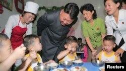 Lãnh tụ Bắc Triều Tiên trong chuyến thăm một trại trẻ mồ côi ở Bình Nhưỡng.