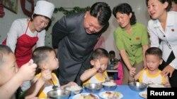 Lãnh đạo Bắc Triều Tiên Kim đi thăm một trại trẻ mồ côi ở Bình Nhưỡng. (Ảnh tư liệu). Khảo sát cho thấy tỷ lệ suy dinh dưỡng ở nước này khá cao, trong đó gần 28% trẻ em dưới 5 tuổi bị suy dinh dưỡng mãn tính.