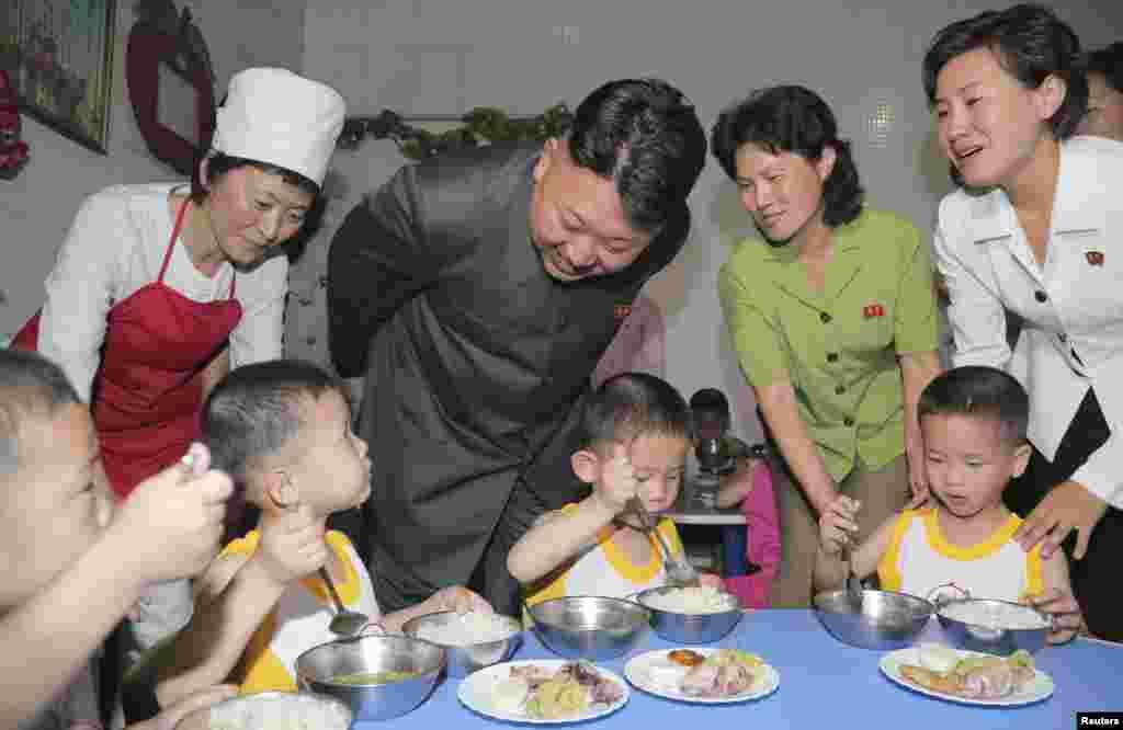 북한 김정은 국방위원회 제1위원장이 1일 '국제아동절'을 맞아 '평양 애육원'을 방문했다고, 조선중앙통신이 2일 보도했다.