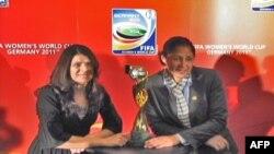 Cựu tuyển thủ Mỹ Mia Hamm (trái) và Chủ tịch Ủy ban Tổ chức FIFA World Cup Bóng đá Nữ của Ðức, và cũng là cựu tuyển thủ Ðức Steffi Jones