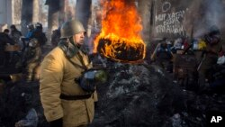 Người biểu tình đốt vỏ xe và chướng ngại vật tại trung tâm Kiev, ngày 30/1/2014.
