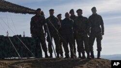 Arhiva - Pripadnici Vojske Srbije na vežbi gađanja tokom vojne vežbe na Pešteru, Srbija, 10. novembar 2018.