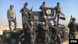 سربازان عراقی پس از تصرف مواضع داعش در موصل، پیروزی شان را جشن گرفته اند