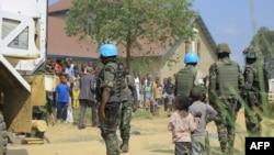 Basoda ba MONUSCO libanda lya ndako ya Nzambe epayi wapi ba bombes artisanales ebetamaki na Beni, Ituri, 27 juin 2021.