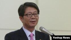 류길재 한국 통일부 장관이 19일 부산 동아대 경동홀에 열린 초청특강에서 강연하고 있다.
