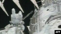 Đây là cuộc đi bộ đầu tiên trong 3 chuyến đi bộ dự trù trong phi vụ kéo dài 13 ngày của phi thuyền Endeavour