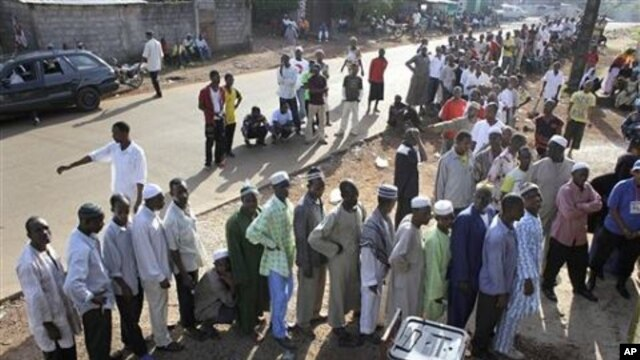 Guineans line up to cast their ballot at a polling station in Conakry, Guinea, 07 Nov 2010