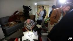大批摄影和文字记者12月4日到加州枪击案嫌疑人生前住所调查报道。