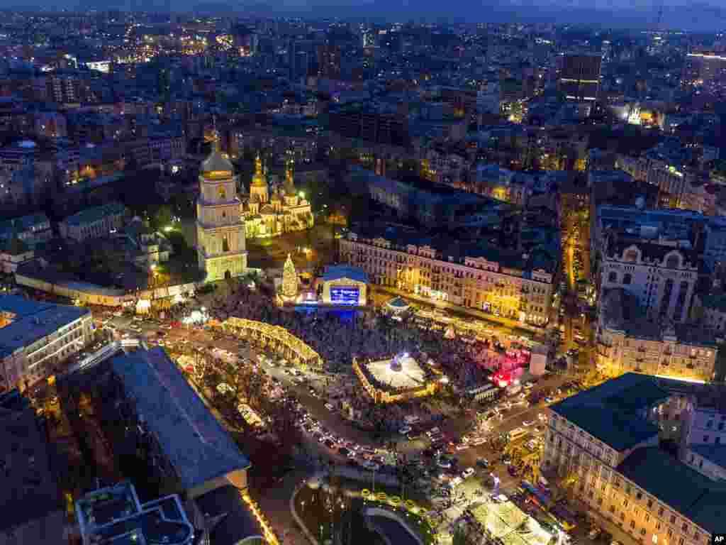 میدان سوفیا در کییف اوکراین غرق در نور برای جشنهای سال نو است.