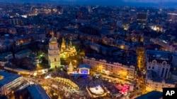 Illuminations place Sainte-Sophie pour marquer les célébrations du Nouvel An et du Noël orthodoxe à Kiev, en Ukraine, le dimanche 27 décembre 2015. (AP Photo / Evgeniy Maloletka)