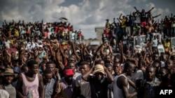 Les partisans de Guy Brice Parfait Kolelas, président par intérim du Mouvement congolais pour la démocratie et le développement intégré manifestent au siège des candidats à Brazzaville le 23 mars 2016. / AFP / MARCO LONGARI