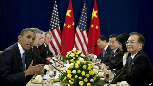U.S. President Barack Obama (L) speaks as he meets with Chinese Premier Wen Jiabao (R) during the East Asia Summit at the Peace Palace in Phnom Penh, Cambodia, November 20,  2012.