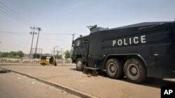 Un canon à eau de la police nigériane parqué devant une commission d'élection en mars 2015
