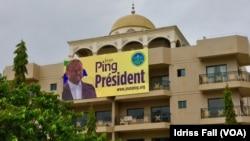 Affiches de campagne à Libreville.