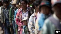 从中缅边境的战火中逃离的边民到达缅甸北部城市腊戍的一个临时难民营。(2015年2月20日)