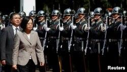 차이잉원 타이완 총통이 지난 6월 사관학교 의장대를 사열하고 있다. (자료사진)
