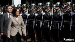 台灣總統蔡英文2016年6月16日在高雄檢閱儀仗隊